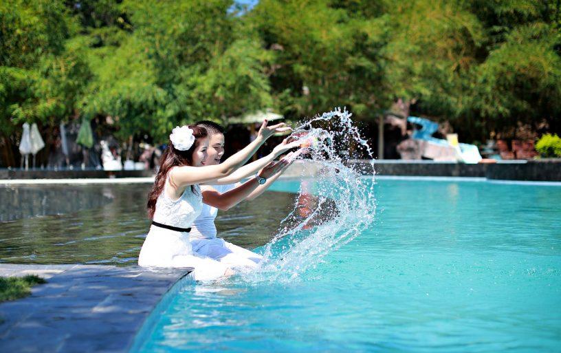 piscine homme femme voyage de noces